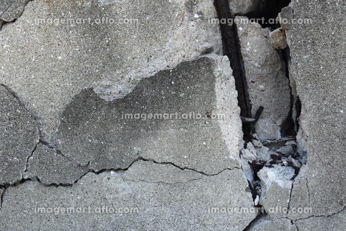 壊れて鉄筋が出ているコンクリート壁 3の販売画像