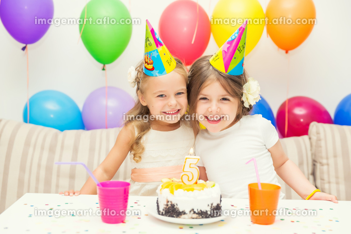Two little girls at birthday partyの販売画像