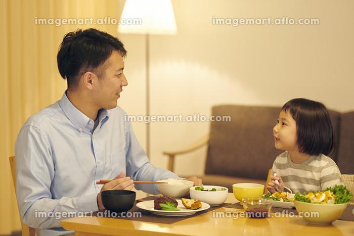 夕飯をとる日本人親子の販売画像