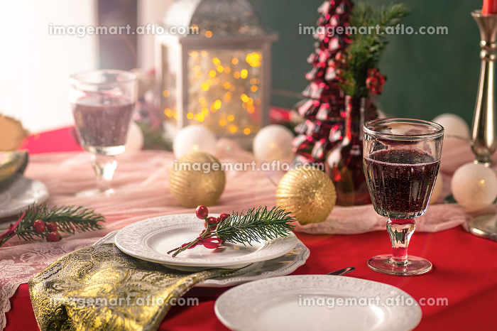 Beautiful Christmas table setting with decorationsの販売画像