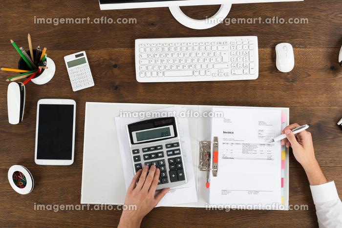 Businessperson Calculating Taxの販売画像