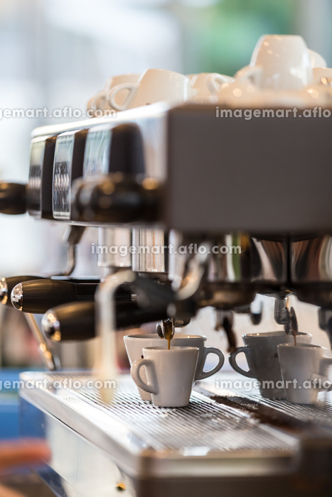 Professional coffee machine making espresso.の販売画像