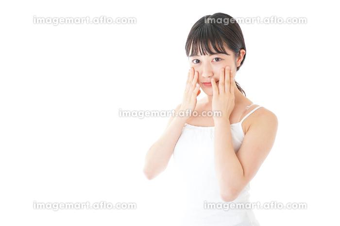 肌のケアをする若い女性の販売画像
