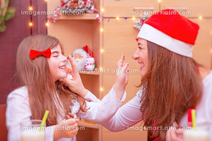 Mother with daughter having funの販売画像