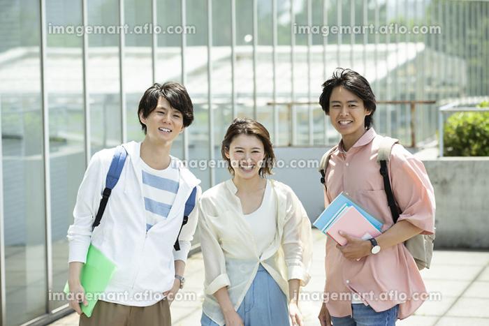 キャンパスの大学生の販売画像