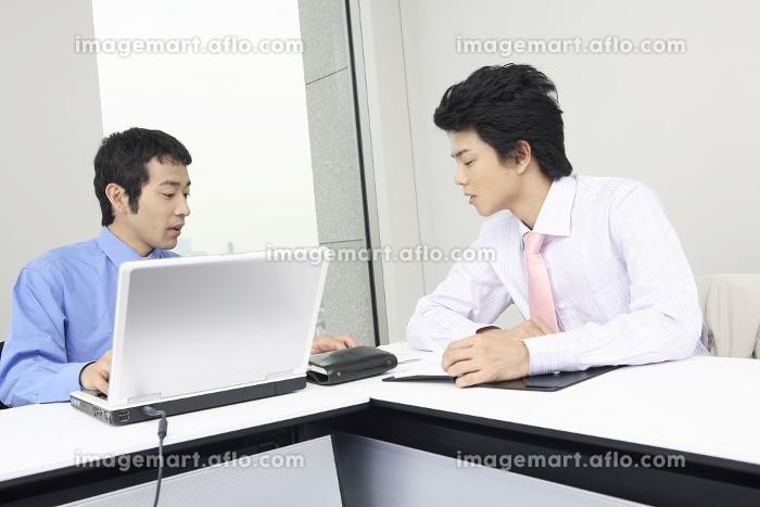 打合せをするビジネスマンの販売画像