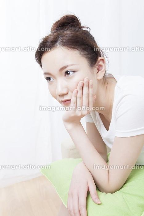 頬杖をつく女性の販売画像