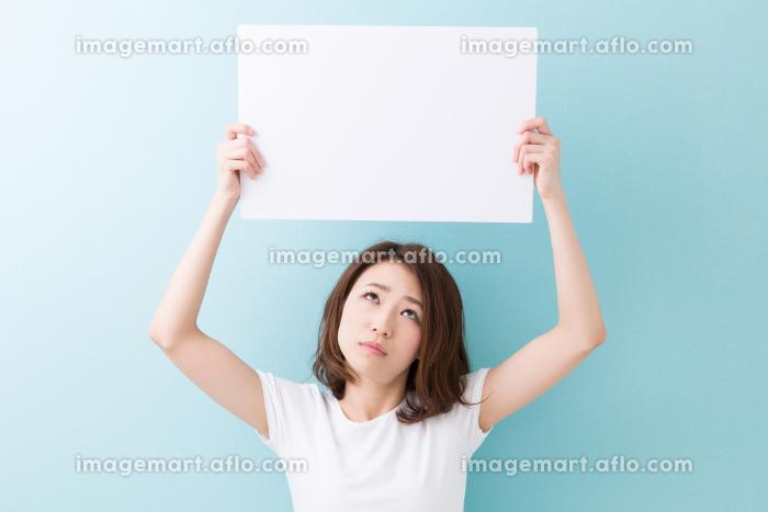 ホワイトボードを持つ女性 考えるの販売画像