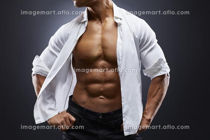 Yシャツを着るボディビルダーの販売画像
