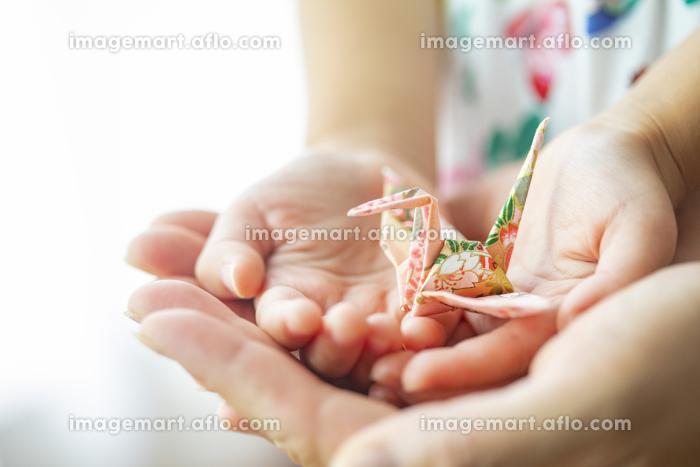折り鶴を持つ母と子の販売画像