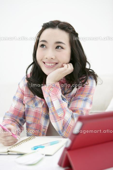 勉強する女性の販売画像