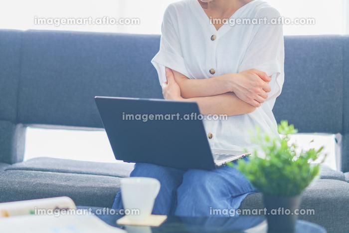 自宅でテレワークをする中年女性【ウィズコロナのニューノーマル】の販売画像