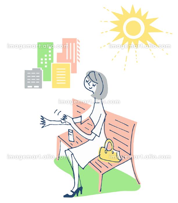 日焼け止めを塗る女性の販売画像