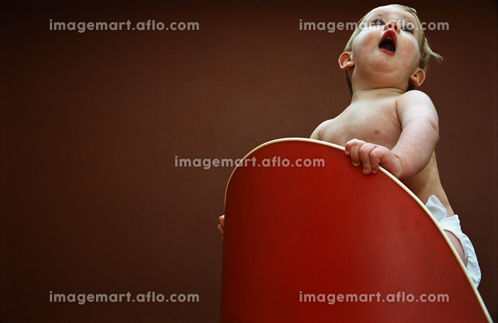 Baby playing on chairの販売画像
