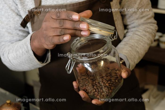 コーヒーの入れ方6:コーヒー豆の保存容器を開けるの販売画像