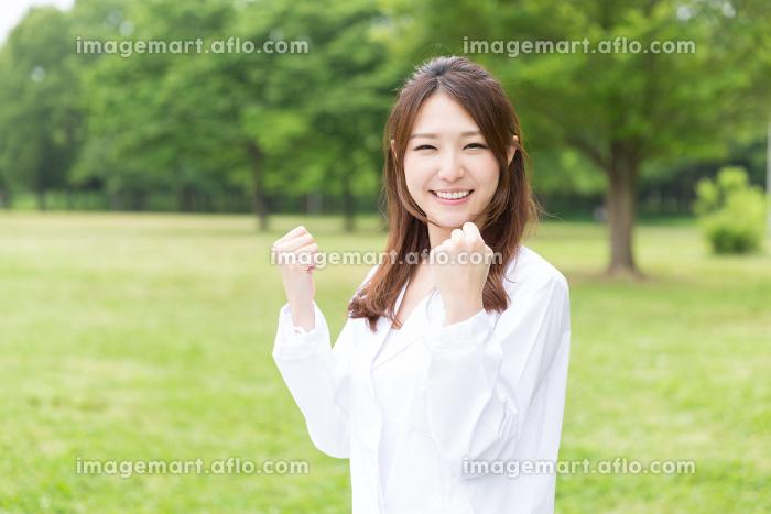 白衣の女性 屋外の販売画像