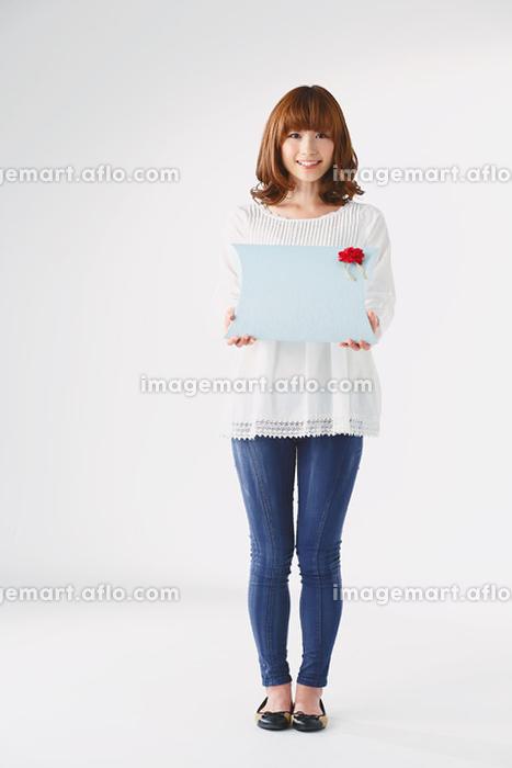 ギフトボックスを持つ日本人女性の販売画像