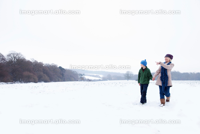A Grandmother and her Grandson walkingの販売画像