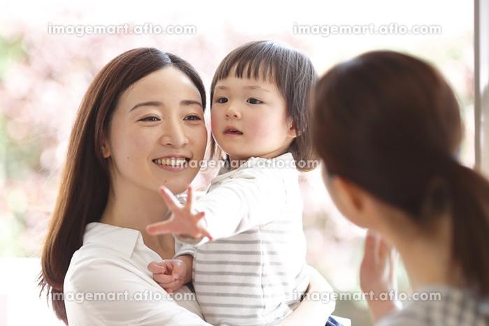娘を迎えに来るお母さんの販売画像