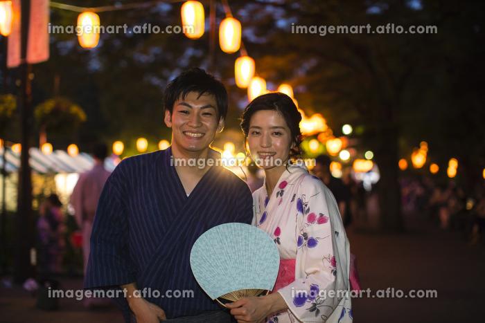 浴衣を着たカップルのポートレートの販売画像