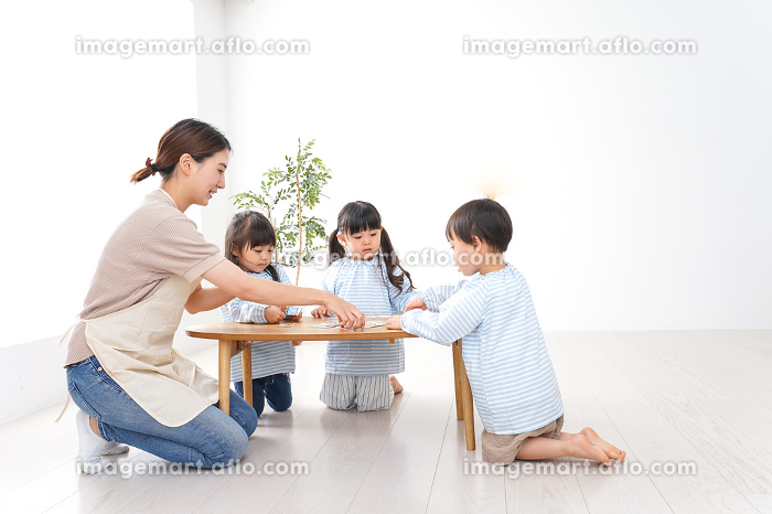 幼稚園の先生と児童の販売画像