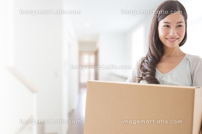 段ボールを持つ女性の販売画像