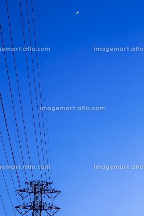 鉄塔と送電線と三日月の販売画像