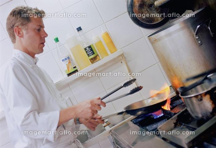 調理をする外国人のシェフの販売画像