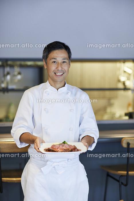 料理を運ぶ日本人シェフ