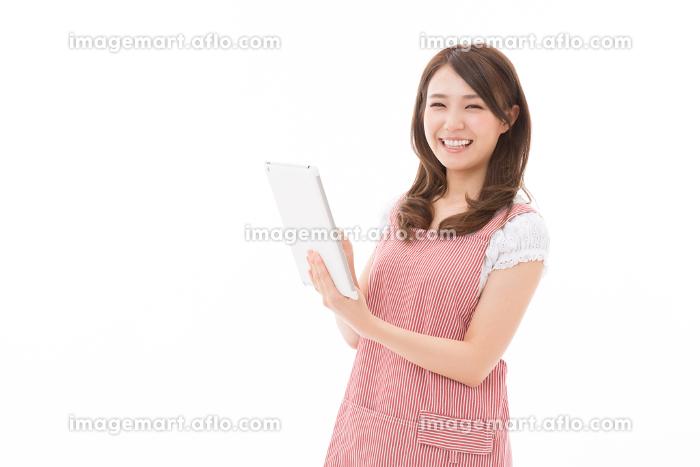 エプロンをした女性 タブレットの販売画像