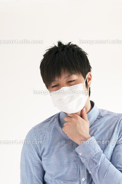 喉の痛みに悩む男性