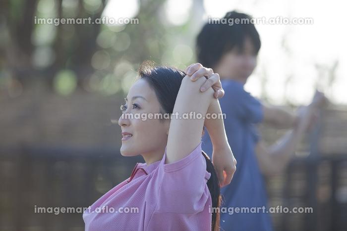 運動をするカップルの販売画像