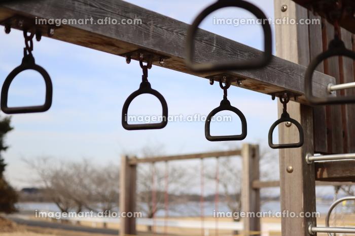 公園にある吊り輪の遊具の販売画像