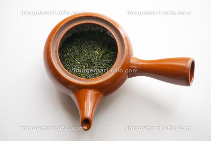 緑茶の茶葉の入った茶葉の急須の販売画像