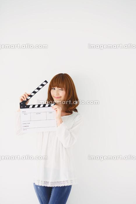 カチンコを持つ日本人女性