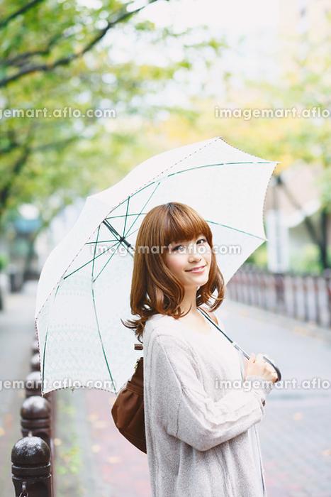 傘をさす日本人女性