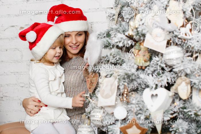 Happy family and Christmas tree.の販売画像