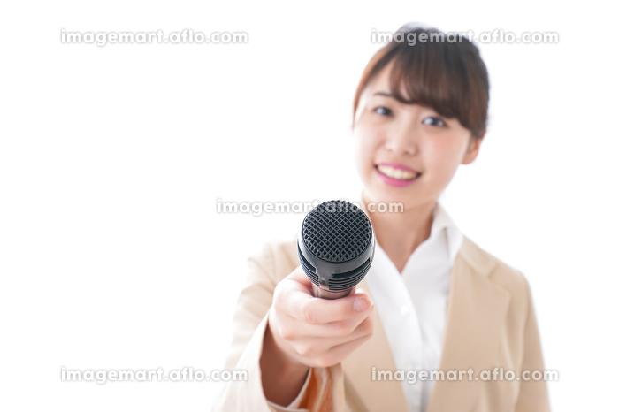 インタビューをする女性