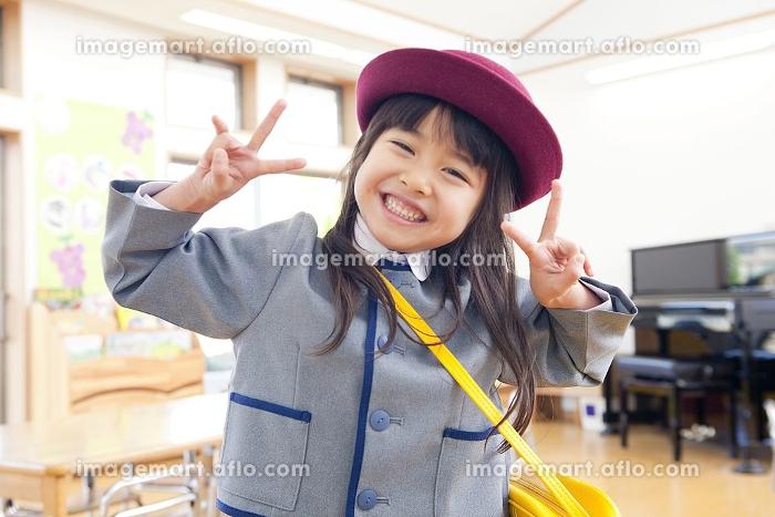 ピースサインをする幼稚園女児の販売画像