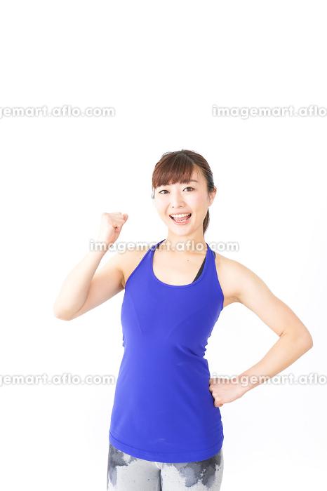 筋肉を鍛えるスポーツウェアを着た女性の販売画像