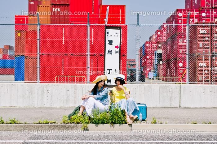 バス停でバスを待つ女性