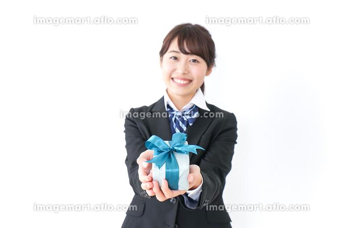 プレゼントを渡す女子高生の販売画像