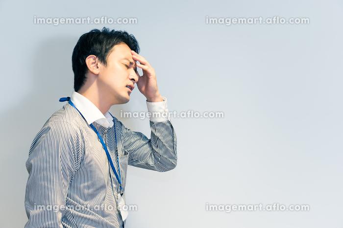 体調不良の男性(頭痛・ストレス・悩み)の販売画像