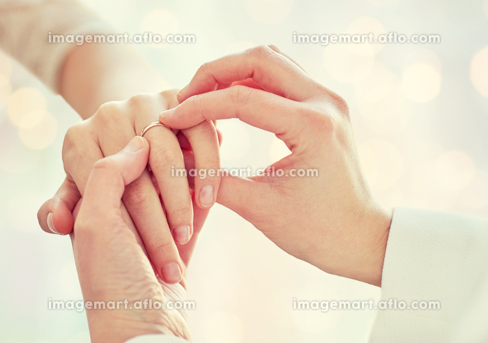 close up of lesbian couple hands with wedding ringの販売画像