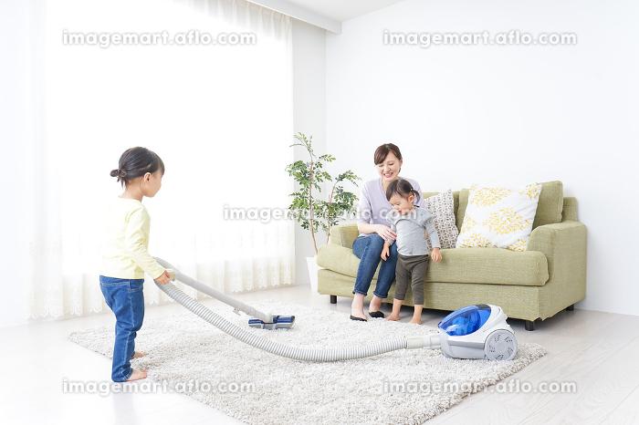 家事をする子供とお母さんの販売画像