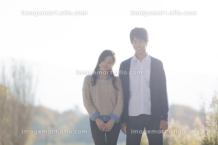 公園で立っているカップル