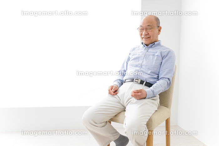 イスに座る高齢の男性の販売画像