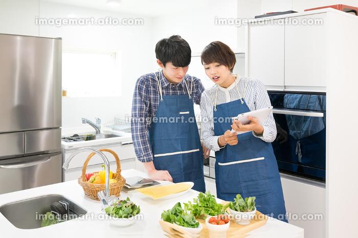 料理・カップル・夫婦(タブレットPC)の販売画像