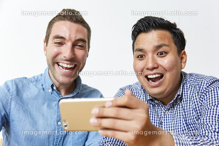 笑顔の日本人と外国人男性
