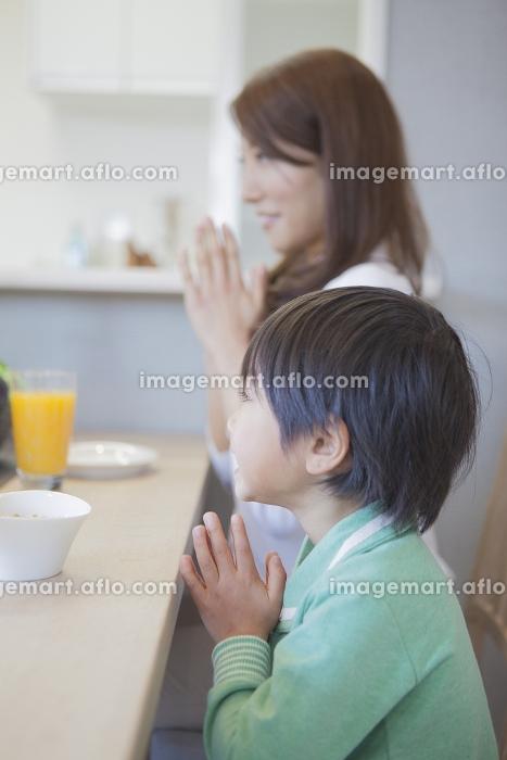朝食を食べる男の子と母親の販売画像